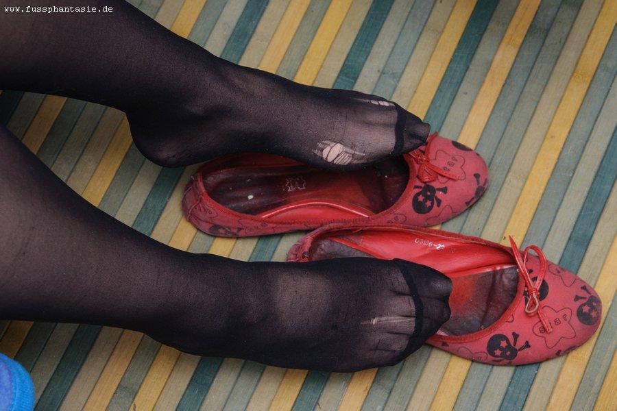 Юбку чтоб грязную колготки на ногах подглядывает женой как